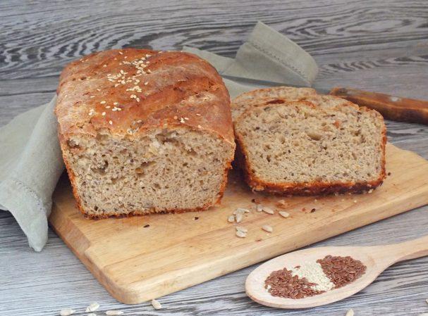 Хлеб из цельнозерновой муки с семечками