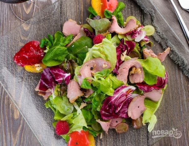 Фруктовый салат с радиччио и грецким орехом