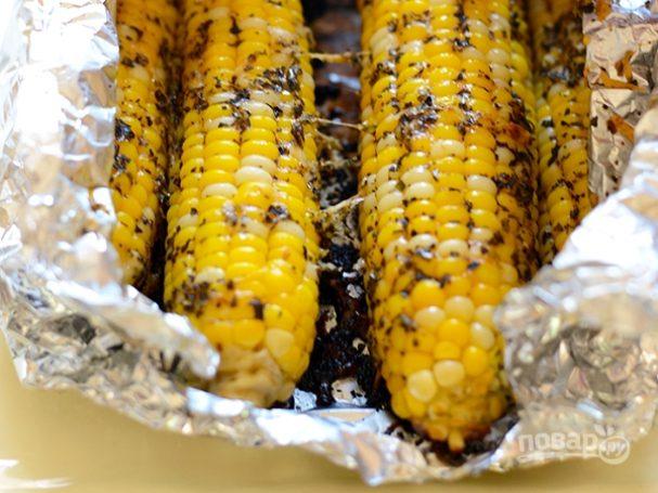 Кукуруза на гриле с маслом и сыром
