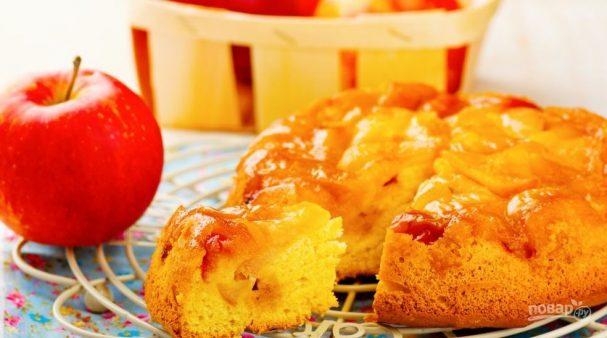 Бисквитная шарлотка с яблоками