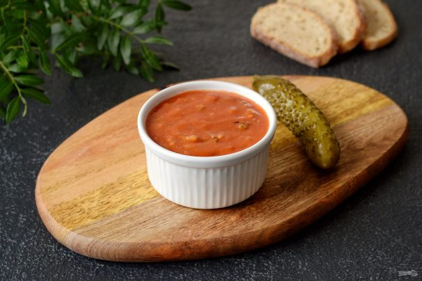 Красный соус с луком и огурцами