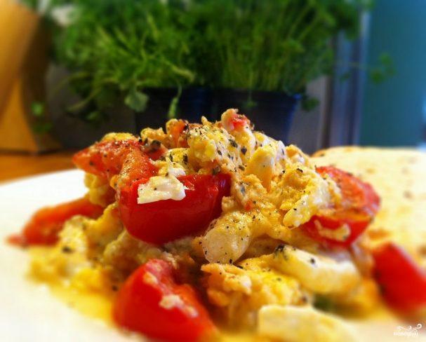 Яичница с помидорами и колбаской