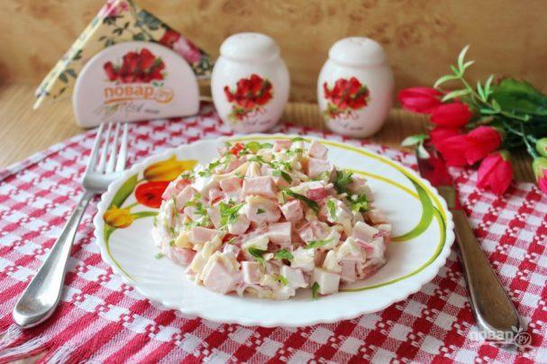 Салат с крабовыми палочками и колбасой