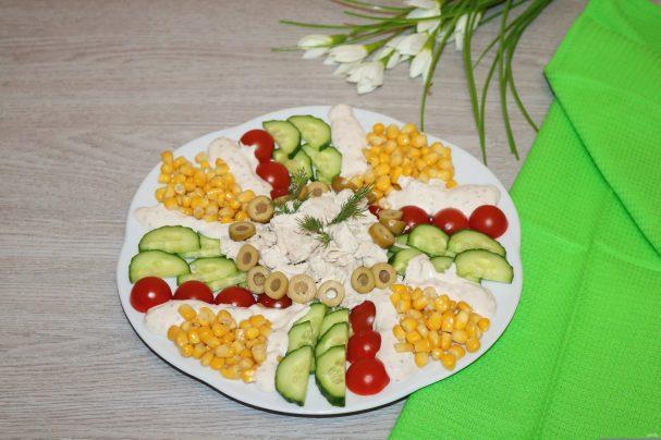 Салат с куриной грудкой и помидорами