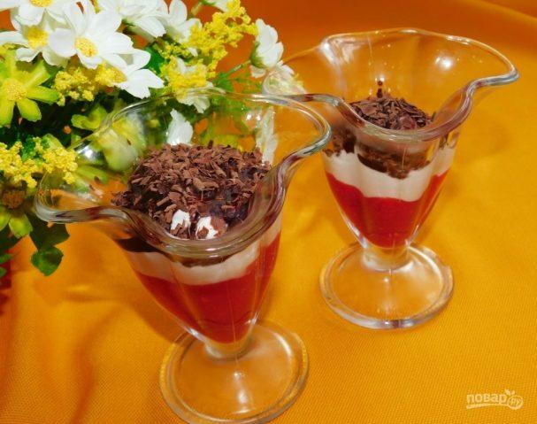 Творожно-сливочный десерт с малиновым пюре