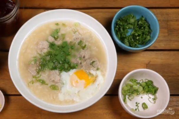 Суп с рисом и жареным яйцом