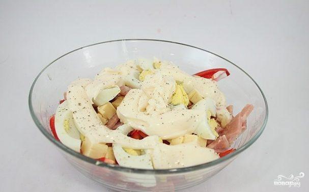 Салат с помидорами, ветчиной и сыром