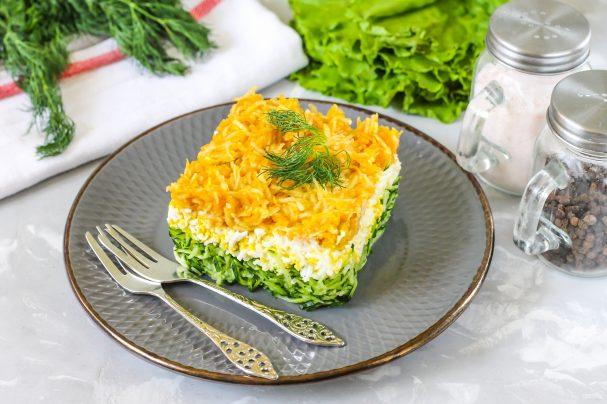 Салат с зеленым яблоком слоями
