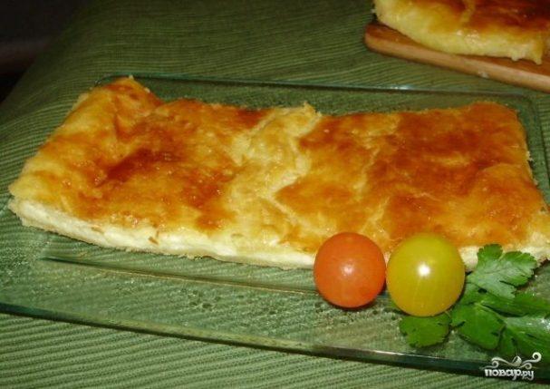 Пирог из слоеного теста с брынзой