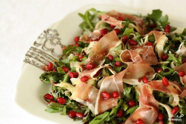 Салат с рукколой и беконом