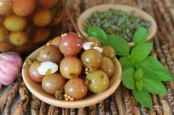 Виноград, маринованный с чесноком и пряными травами