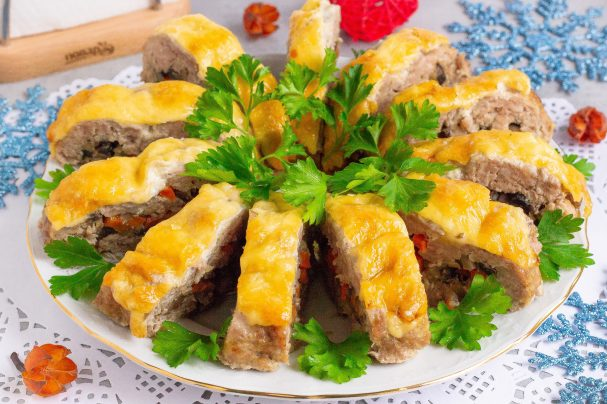 Новогодний рулет с грибами и сыром