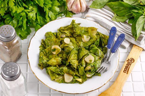 Маринованные листья салата с чесноком и уксусом