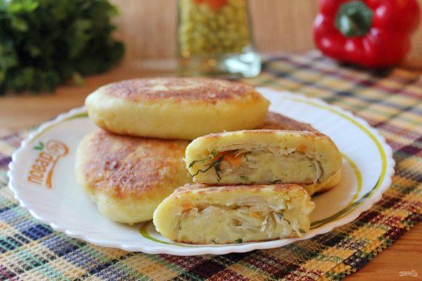 Жареные картофельные пирожки с квашеной капустой