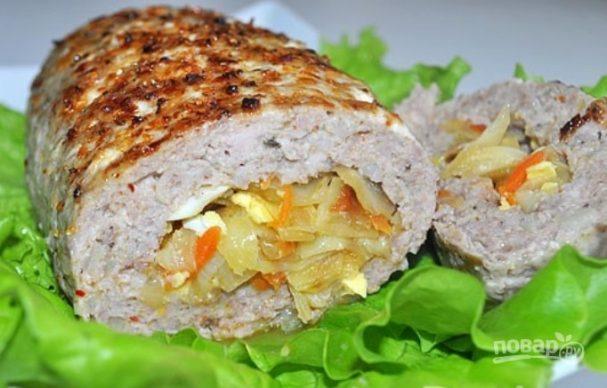 Мясной рулет с капустой и яйцом