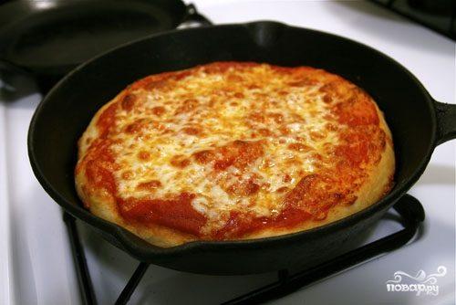 Пицца с курицей на сковороде