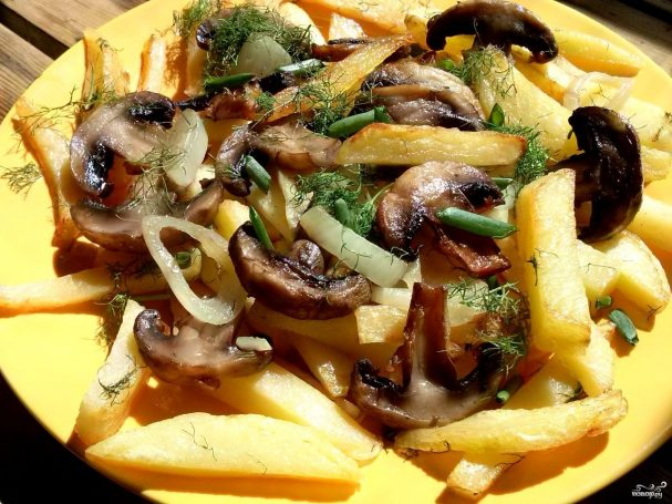 Картофель с грибами на сковороде