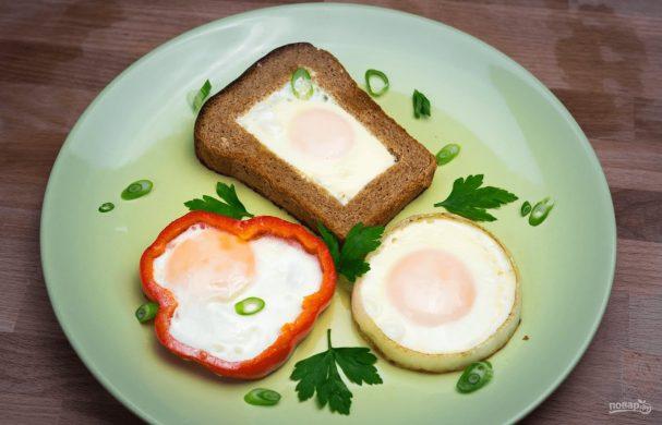 Яичница в хлебе, перце и луке