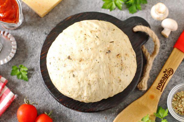 Дрожжевое тесто для пиццы с травами