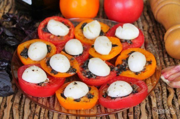 Закуска из помидор с моцареллой, базиликом и чесноком