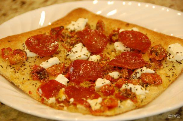 Пицца с томатами и козьим сыром