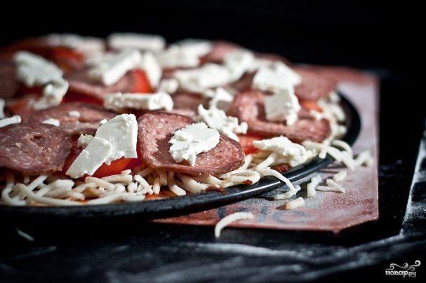 Пицца с брынзой и колбасой