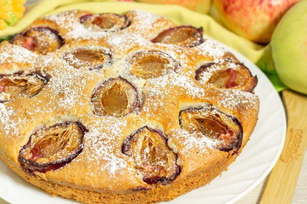 Пирог со сливами и яблоками