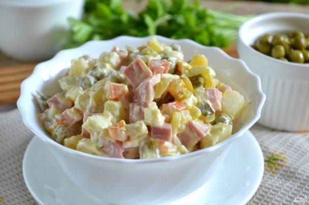 Салат «Оливье» классический с колбасой