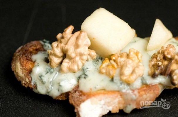 Брускетта с грушей, сыром и орехом