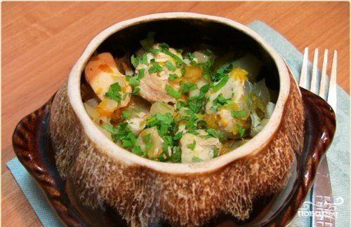 Горшочки с капустой, картофелем и курицей