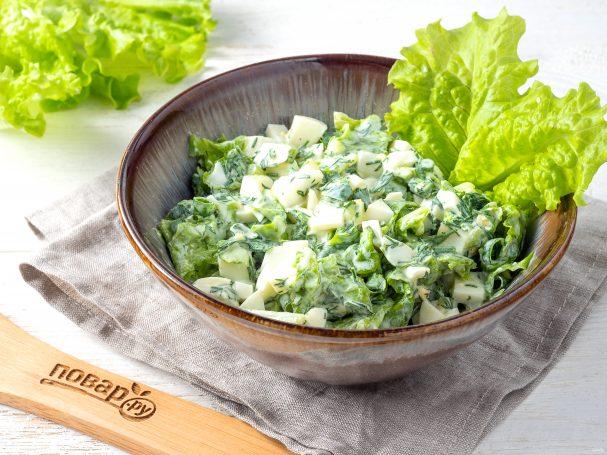 Cалат с листьями салата и яйцом