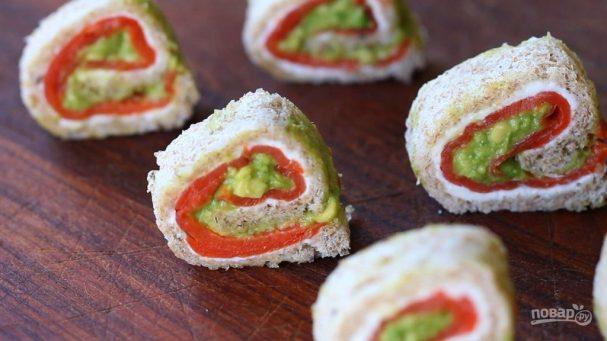 Рулетики из лосося с авокадо
