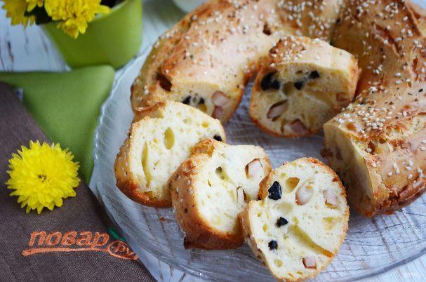 Закусочный кекс с беконом и маслинами