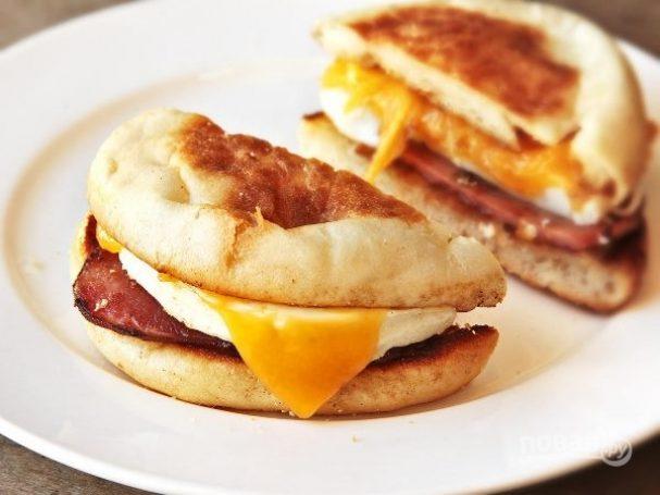 Булочка с яйцом и ветчиной на завтрак