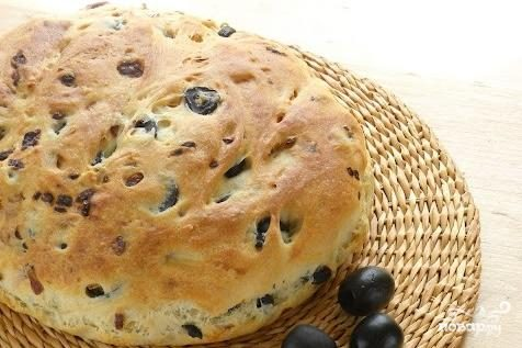 Хлеб с луком и маслинами