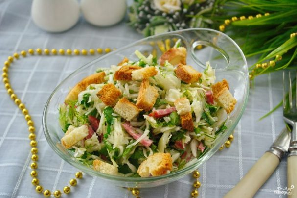 Салат с салями и сухариками