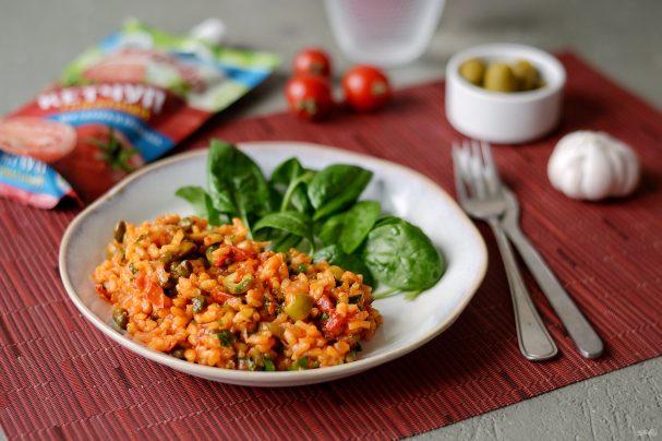 Рис с каперсами, оливками и кетчупом