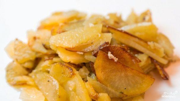 Жареный картофель с чесноком