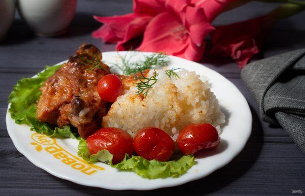 Жареная курица с луком-шалот и помидорами