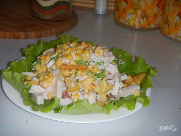 Салат с сухариками, кукурузой