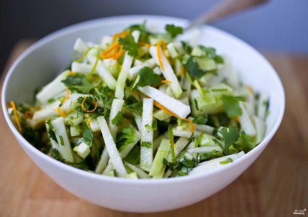Салат с кольраби и зеленью