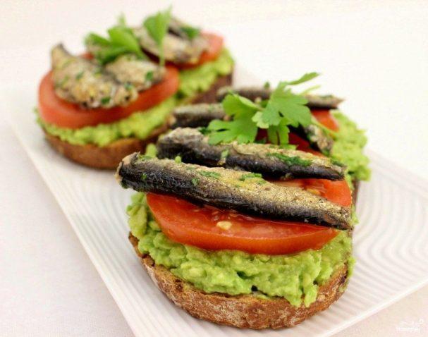 Бутерброды со шпротами и авокадо