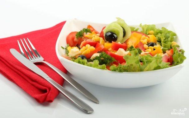 Салат с кукурузой, сыром, помидорами