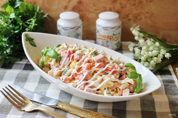 Салат с лапшой и колбасой