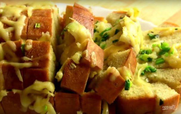 Хлеб, запеченный с сыром и чесноком