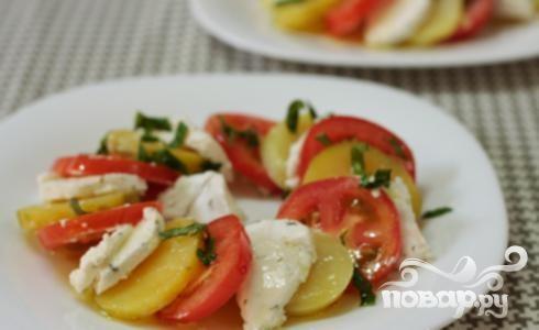 Салат из помидоров с козьим сыром