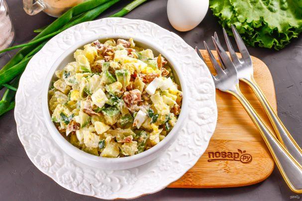 Салат с копченой курицей и авокадо