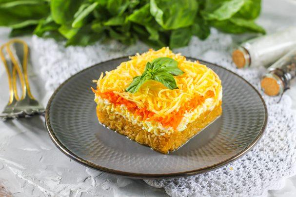 Салат с яблоком и морковью слоями