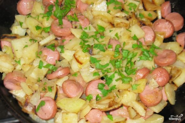 Жареные колбаски с картошкой