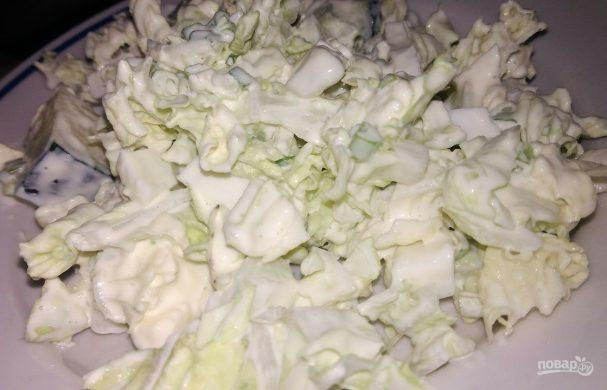 Простой салат из пекинской капусты и яиц